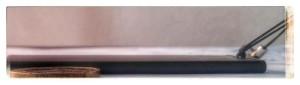 La microspia piatta e' studiata per essere nascosta in poco tempo sotto la slitta metallica del telaio del sedile, impossibile da trovare su una macchina