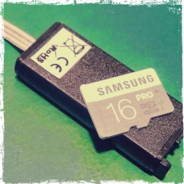 il regisratore miniaturizzato e' di dimensioni estremamente contenute , lo vediamo insieme a una schedina di memoria da 16gb micro sd classe 10